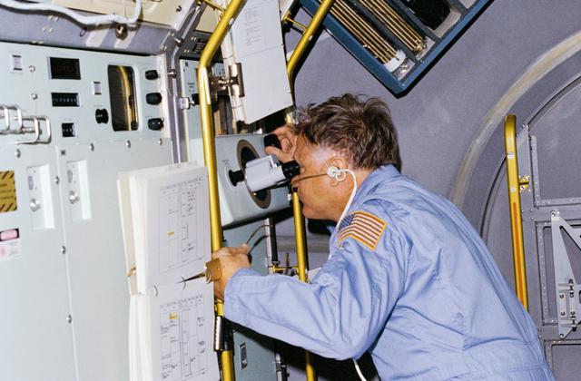 Astronauții Don Lind observă creșterea cristalelor în VCGS la bordul orbiterului