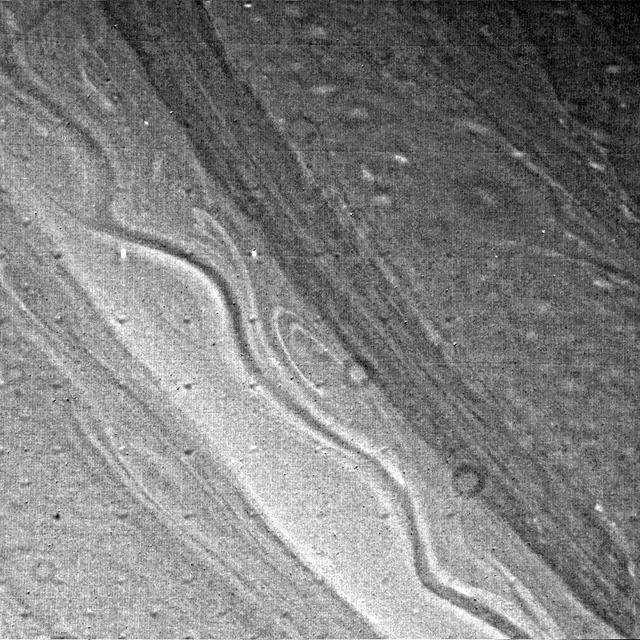 Structura de nori asemănătoare cu panglica de Saturn