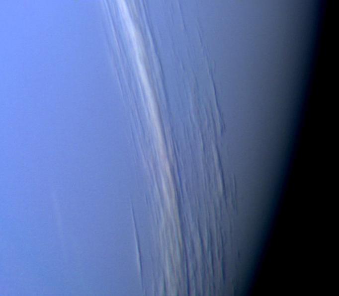 Nori de Neptun care prezintă relief vertical