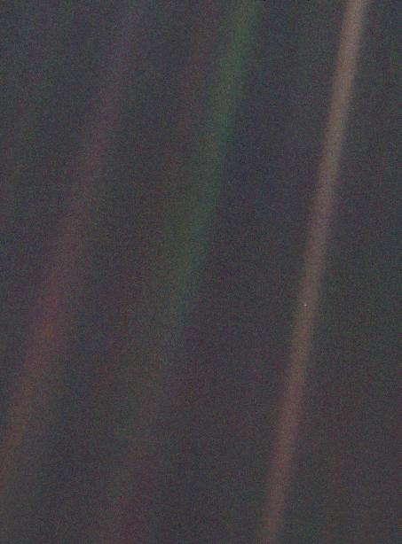 Portretul sistemului solar – Pământul ca punct albastru pal